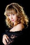 Portret van een mooie jonge sexy vrouw op zwarte Stock Foto