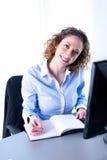 Portret van een mooie jonge uitvoerende vrouw Stock Foto