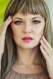 Portret van een mooie jonge vrouw stock fotografie
