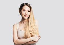 Portret van een mooie jonge vrouw Stock Afbeeldingen