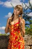 Portret van een mooie jonge vrouw in aard royalty-vrije stock afbeeldingen
