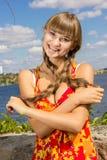 Portret van een mooie jonge vrouw in aard stock afbeelding