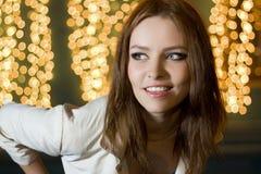 Portret van een mooie jonge vrouw bij nacht Stock Foto