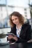 Portret van een mooie jonge vrouw buiten Royalty-vrije Stock Foto