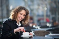 Portret van een mooie jonge vrouw buiten Stock Fotografie