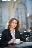 Portret van een mooie jonge vrouw buiten Stock Foto's