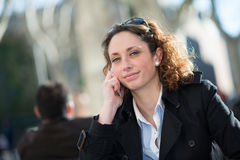 Portret van een mooie jonge vrouw buiten Royalty-vrije Stock Fotografie
