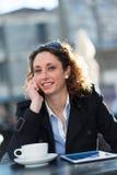 Portret van een mooie jonge vrouw buiten Royalty-vrije Stock Afbeelding