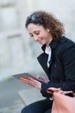 Portret van een mooie jonge vrouw buiten met tablet Stock Fotografie