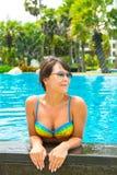 Portret van een mooie jonge vrouw in de pool Stock Afbeelding