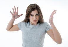 Portret van een mooie jonge vrouw die met boos gezicht woedend kijken Menselijke uitdrukkingen en emoties stock foto's