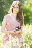 Portret van een mooie jonge vrouw met bruin haar stock foto's