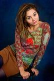 Jonge vrouw met dreadlocks tegen een blauwe achtergrond stock foto's