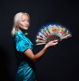 Portret van een mooie jonge vrouw met ventilator Stock Afbeelding