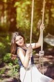 Portret van een mooie jonge vrouw op aard. Royalty-vrije Stock Foto