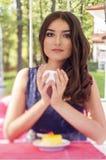 Portret van een mooie jonge vrouw op aard. Stock Foto