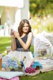 Portret van een mooie jonge vrouw op aard. Royalty-vrije Stock Afbeelding