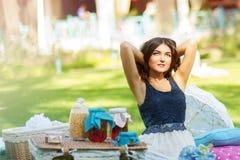 Portret van een mooie jonge vrouw op aard. Royalty-vrije Stock Afbeeldingen