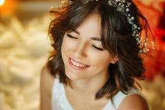 Portret van een mooie jonge vrouw op de achtergrond van lichten, het mooie samenstelling en stileren royalty-vrije stock afbeeldingen