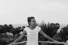 Portret van een mooie jonge vrouw op het dak van het gebouw, Stock Foto