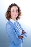 Portret van een mooie jonge vrouw op licht backg Royalty-vrije Stock Fotografie