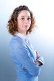 Portret van een mooie jonge vrouw op licht backg Stock Foto's