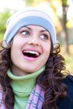 Portret van een mooie jonge vrouw in openlucht stock foto's