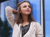 Portret van een mooie jonge vrouw in openlucht Stock Foto