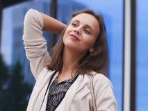 Portret van een mooie jonge vrouw in openlucht Royalty-vrije Stock Fotografie
