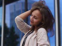 Portret van een mooie jonge vrouw in openlucht Royalty-vrije Stock Afbeeldingen