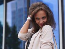 Portret van een mooie jonge vrouw in openlucht Stock Fotografie