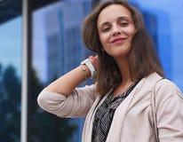 Portret van een mooie jonge vrouw in openlucht Stock Afbeeldingen
