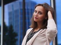 Portret van een mooie jonge vrouw in openlucht Stock Afbeelding