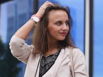 Portret van een mooie jonge vrouw in openlucht Royalty-vrije Stock Afbeelding