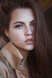 Portret van een mooie jonge vrouw in toevallige elegantiestijl Stock Foto