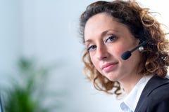 Portret van een mooie jonge vrouwensecretaresse op het werk Royalty-vrije Stock Foto
