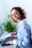 Portret van een mooie jonge vrouwensecretaresse op het werk Stock Afbeelding