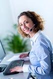Portret van een mooie jonge vrouwensecretaresse op het werk Stock Foto's