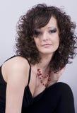 Portret van een mooie jonge vrouwenzitting Stock Fotografie