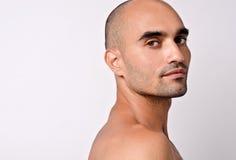 Portret van een mooie kale mens die over zijn schouder kijken. Stock Afbeeldingen