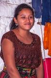 Portret van een mooie Mayan vrouw in traditioneel kostuum Royalty-vrije Stock Foto
