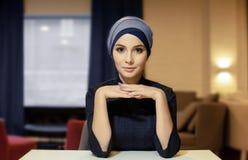 Portret van een mooie meisjes oostelijke verschijning in het Moslimhoofddeksel royalty-vrije stock afbeelding