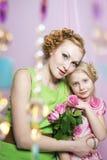 Portret van een mooie moeder en een dochter Royalty-vrije Stock Afbeeldingen