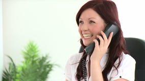Portret van een mooie onderneemster die op telefoon spreken stock footage