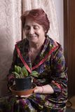 Portret van een mooie oude vrouw thuis royalty-vrije stock foto