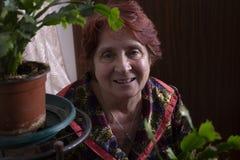 Portret van een mooie oude vrouw thuis stock foto's