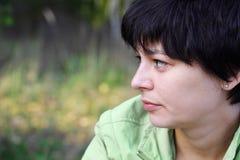 Portret van een mooie peinzende vrouw Stock Foto's