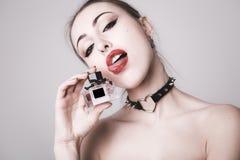 Portret van een mooie sexy dame met parfum, grijze achtergrond Stock Afbeeldingen