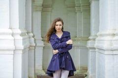 Portret van een mooie jonge vrouw in donkerblauwe laag Royalty-vrije Stock Fotografie