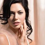 Portret van een mooie sexy tedere vrouw met creatieve hairstyl stock afbeeldingen